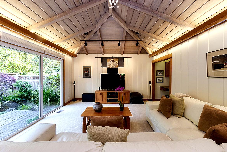 Die indirekte beleuchtung im wohnzimmer erzeugt ein angenehmes ...