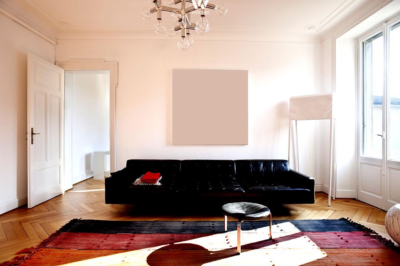 Der Berliner-Style besteht im Wohnzimmer aus einfachen Möbeln ...
