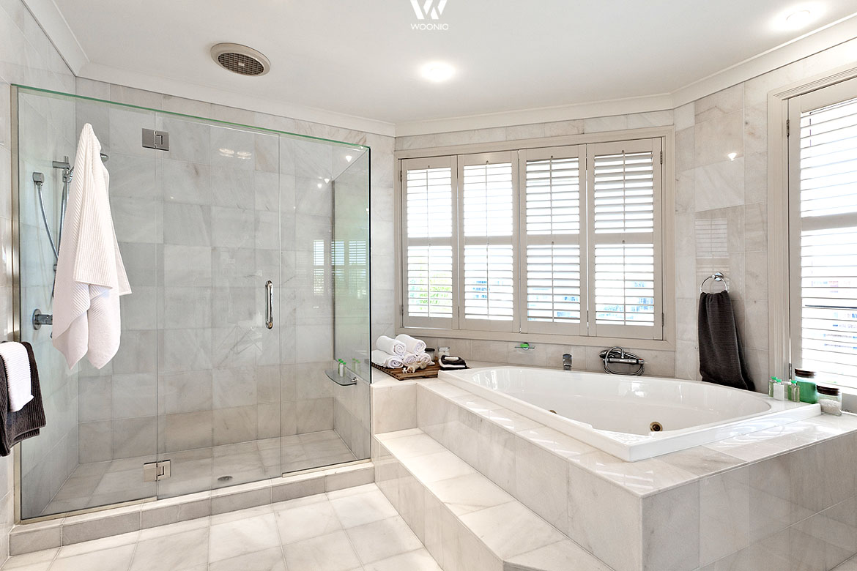 Ein echter Marmor-Traum in weiß mit dieser großen Badewanne für Zwei ...