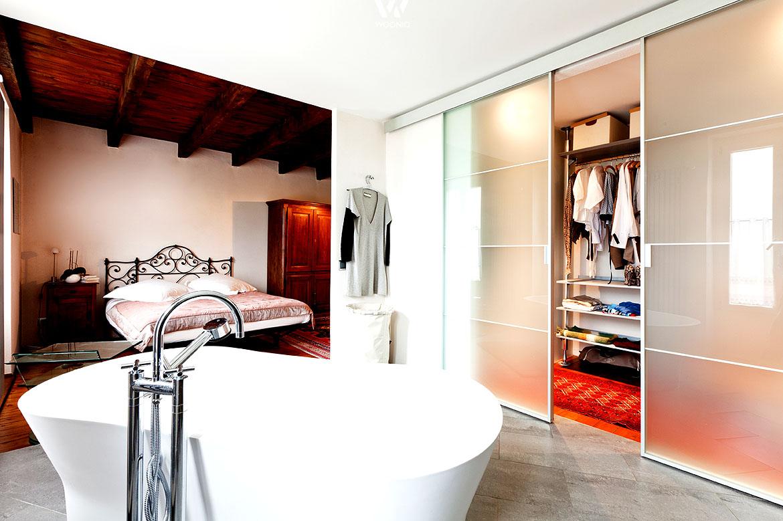 Die Badewanne im Schlafzimmer kann durchaus überzeugen ...