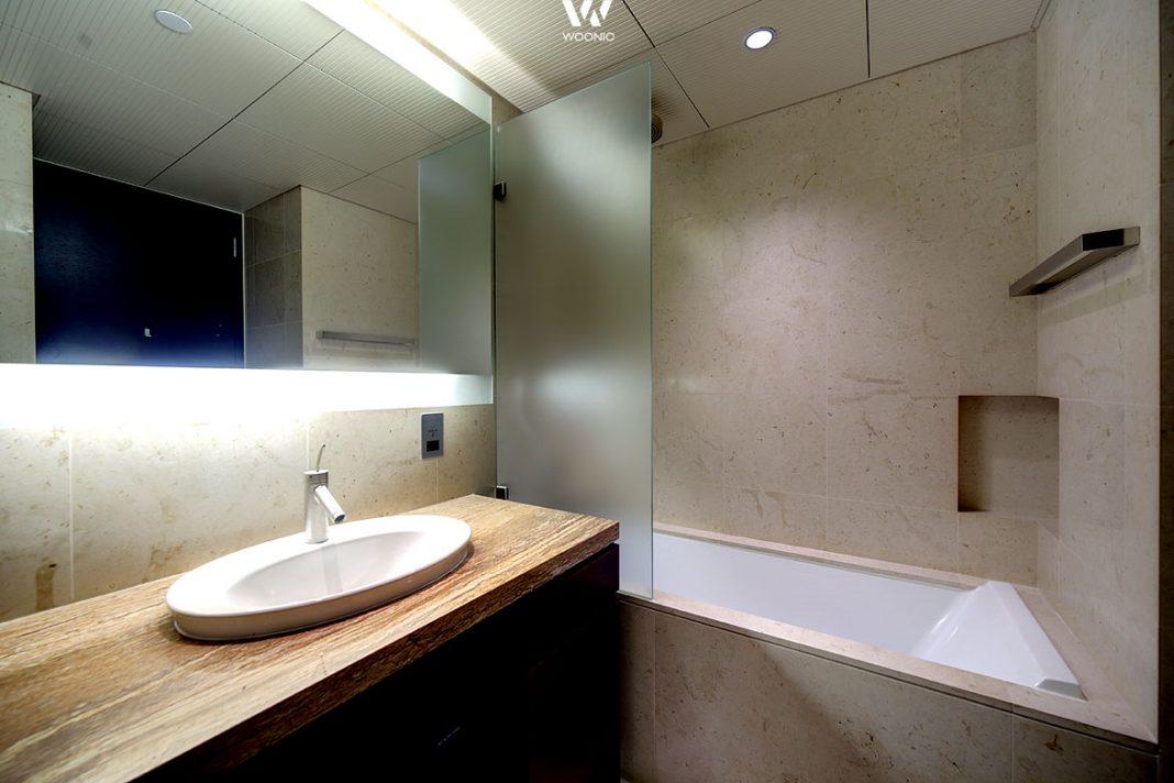 die indirekte beleuchtung hinter dem spiegel gibt diesem bad seinen hohen wiedererkennungswert. Black Bedroom Furniture Sets. Home Design Ideas