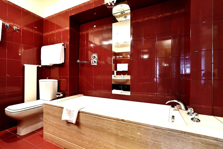 die roten badfliesen an der wand haben eine gem tliche und warme ausstrahlung im bad wohnidee. Black Bedroom Furniture Sets. Home Design Ideas