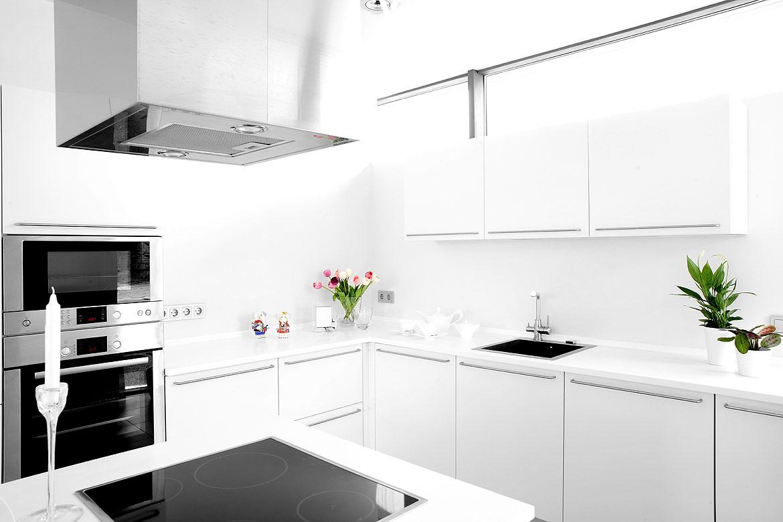 mit einer komplett wei en k che kann man nichts falsch machen wohnidee by woonio. Black Bedroom Furniture Sets. Home Design Ideas