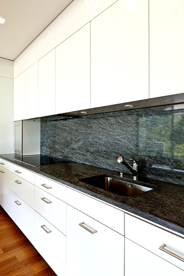 wei e k chenm bel lassen sich praktisch mit jeder anderen farbe in diesem fall grauem. Black Bedroom Furniture Sets. Home Design Ideas