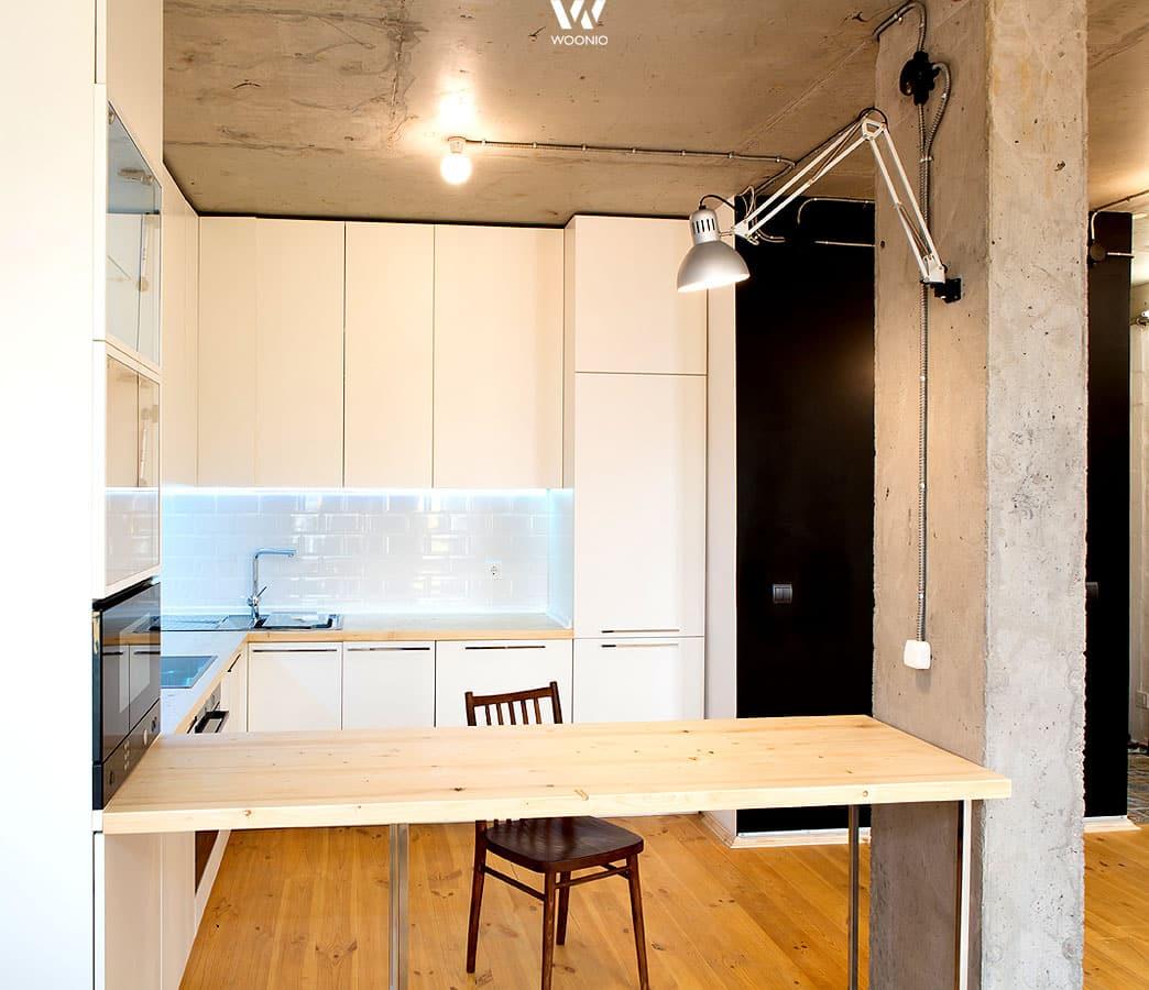 Zu puren Betonwänden passt die weiße Küche in Hochglanz oder auch ...
