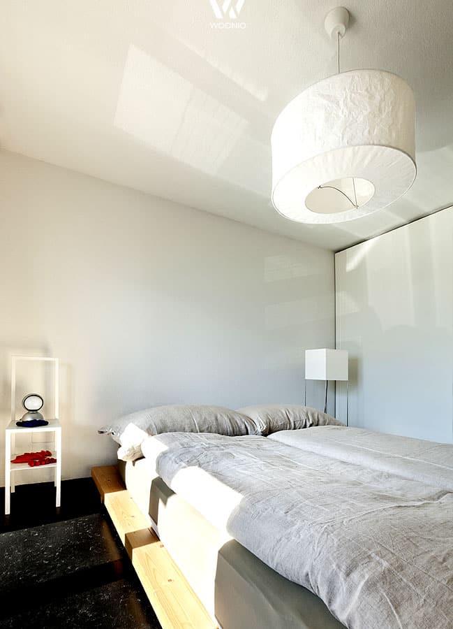 schlicht und einfach auch das kann ein schlafzimmertraum sein wohnidee by woonio. Black Bedroom Furniture Sets. Home Design Ideas