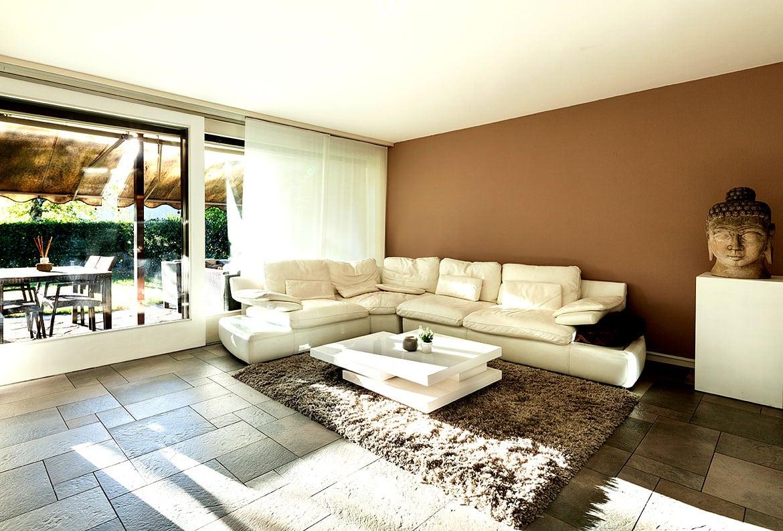 Der teppichboden im wohnzimmer w rmt trotz fliesen sehr for Billig wohnung einrichten