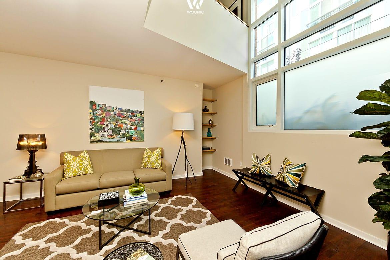 Die beige raumgestaltung wirkt freundlich und warm for Wohnung einrichten billig