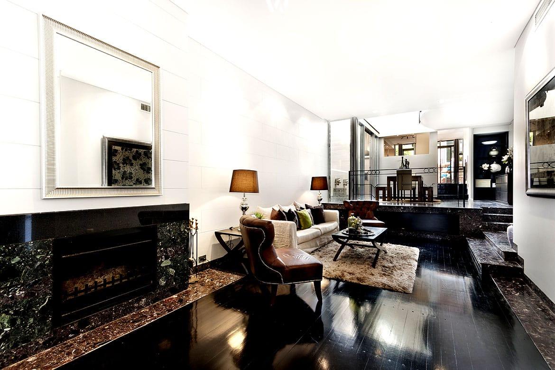 Schwarzer marmor im wohnzimmer sehr sch n in szene gesetzt for Billig wohnung einrichten