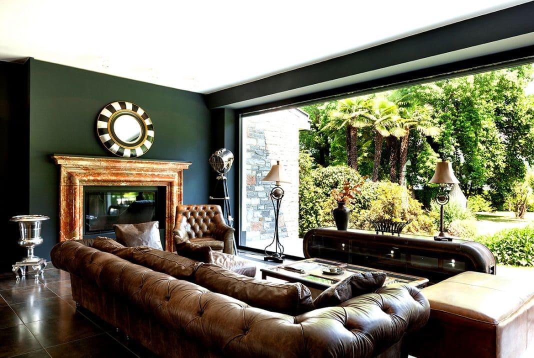 chesterfield sofas kombiniert mit alten englischen farben und deko objekten wirken einfach. Black Bedroom Furniture Sets. Home Design Ideas