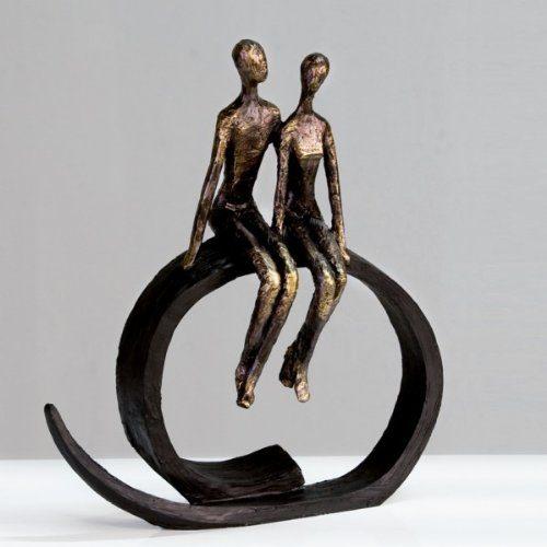 Skulptur-Close-auf-schwarzem-Ring-sitzend-Figur-Liebespaar-0