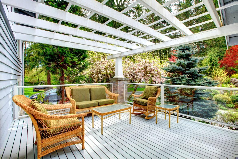 Zu einer weißen Veranda passen praktisch alle Farben an Gartenmöbeln ...
