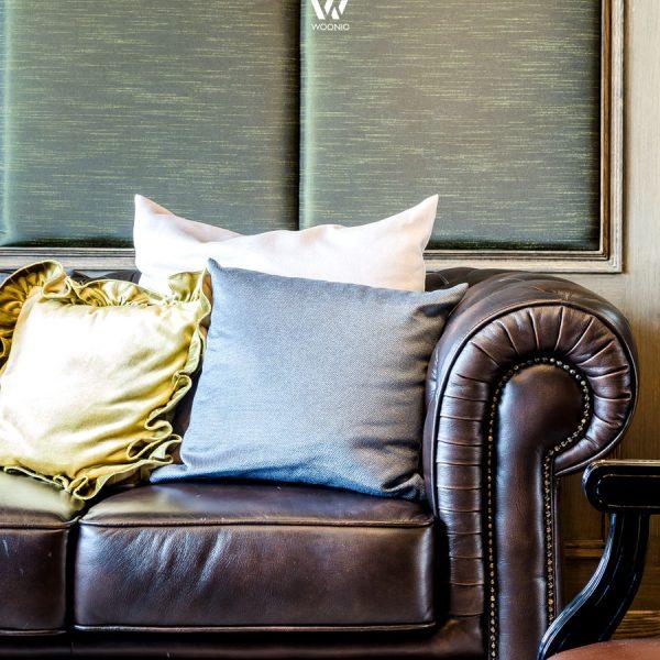 Delightful Chesterfield Sofa Und Goldene Kissen U2013 Welch Guter Kontrast Gallery