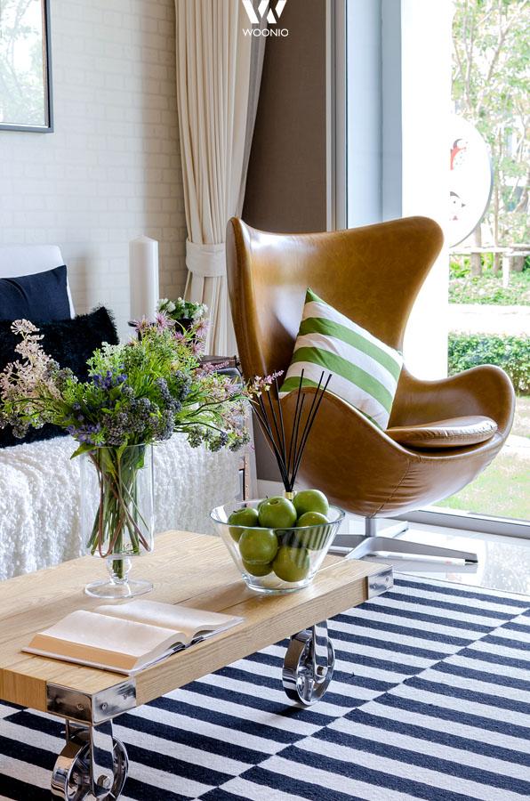 kleinigkeiten wie ein kissen auf dem teuren design sessel. Black Bedroom Furniture Sets. Home Design Ideas