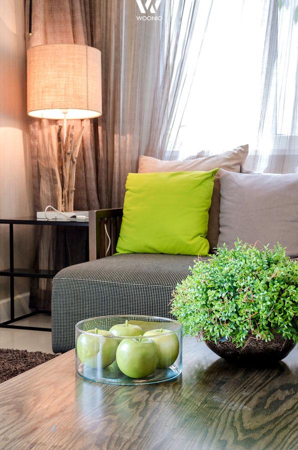 gr ne deko in verbindung mit dem holz der tischlampe wirkt. Black Bedroom Furniture Sets. Home Design Ideas