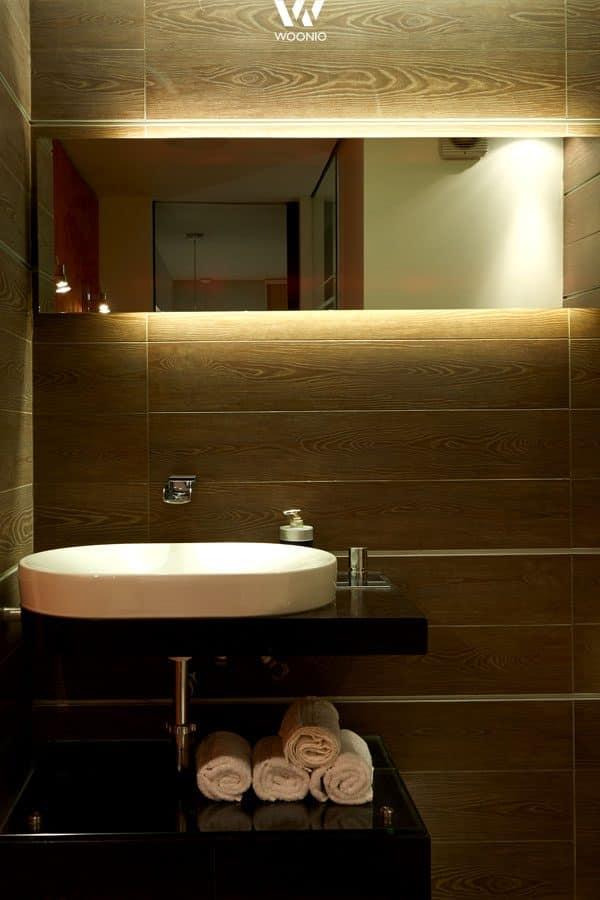 Indirekte Beleuchtung hinter dem Spiegel im Badezimmer ...