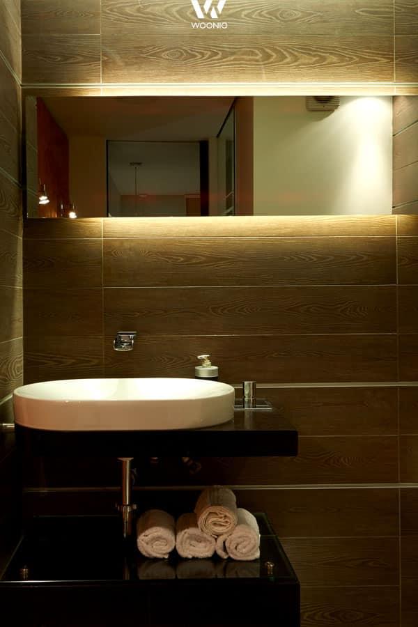 indirekte beleuchtung hinter dem spiegel im badezimmer. Black Bedroom Furniture Sets. Home Design Ideas
