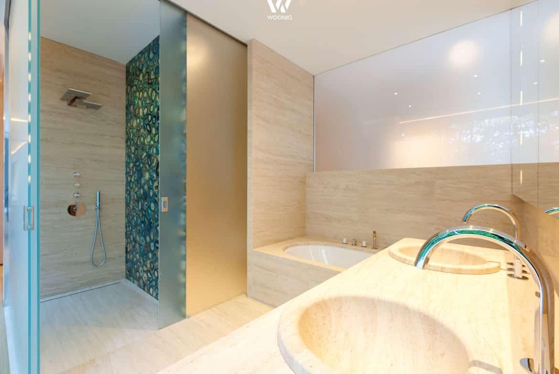 unglaublich sch ne verzierung in der dusche zusammen mit dem hellen naturstein des bades. Black Bedroom Furniture Sets. Home Design Ideas