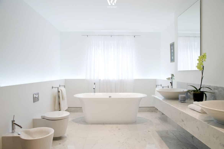 Ein Badezimmer so wunderschön hell wie die Wolken am Himmel