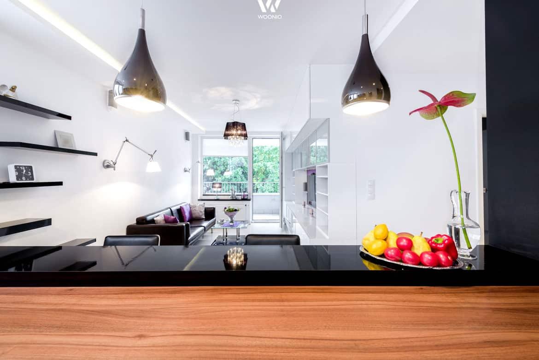 Die Küche bietet einen guten Blick auf die gesamte kleine Wohnung ...
