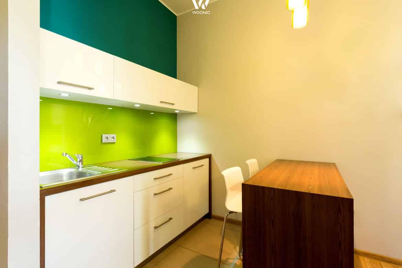 frische farben machen aus einer dezenten k che einen. Black Bedroom Furniture Sets. Home Design Ideas