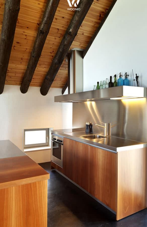 edelstahl und holz lassen sich kombinieren wie diese kleine k che zeigt wohnidee by woonio. Black Bedroom Furniture Sets. Home Design Ideas