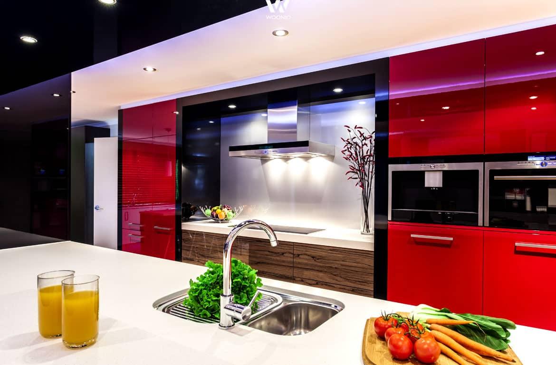 starke farben zeichnen diese k chengestaltung aus. Black Bedroom Furniture Sets. Home Design Ideas