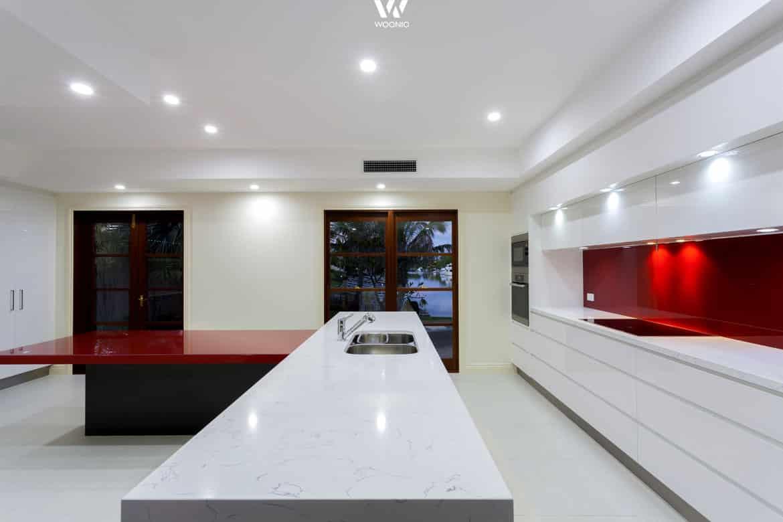 Die rote Fläche(n) machen diese Küche zu einem Highlight - Wohnidee ...