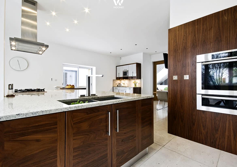 dunkles nussbaum holz verbunden mit purem edelstahl ist. Black Bedroom Furniture Sets. Home Design Ideas