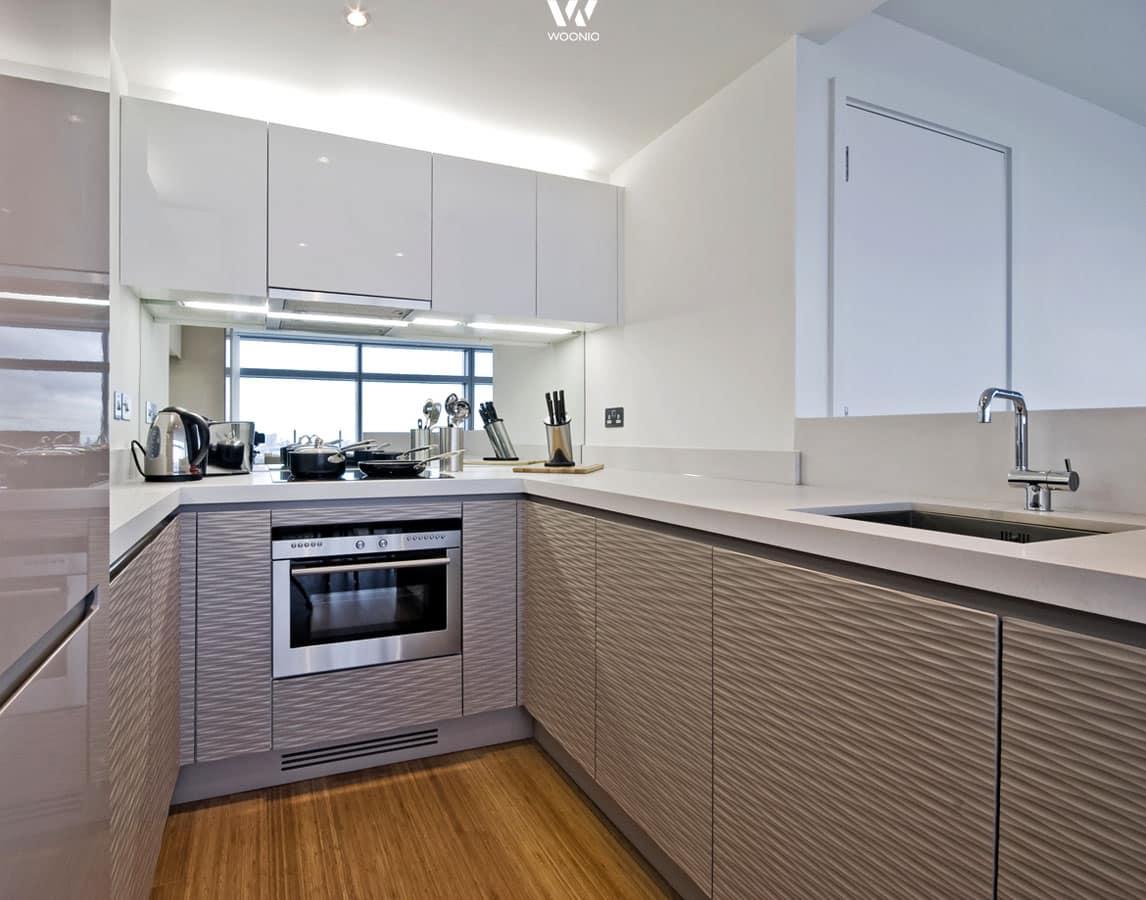 Die 3D-Struktur der unteren Küchenfronten geben der Küche ihr ...