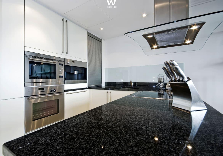 Die schwarze granitplatte ist ein klassiker in den küchen ...