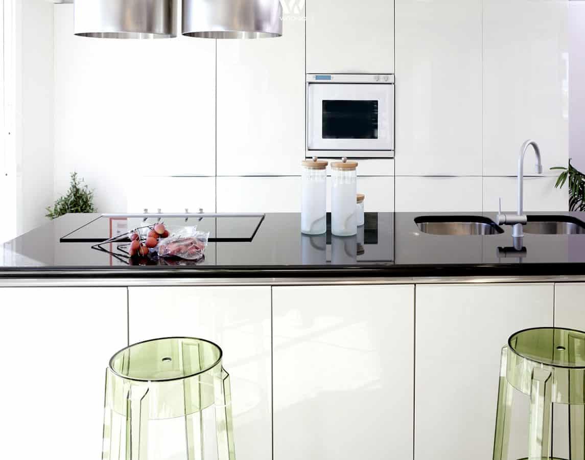 die transparenten barhocker sind die eigentlichen stars dieser k che wohnidee by woonio. Black Bedroom Furniture Sets. Home Design Ideas