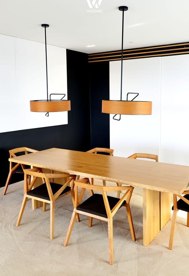 die runden h ngeleuchten sind ein guter kontrast f r die geometrischen formen der st he. Black Bedroom Furniture Sets. Home Design Ideas