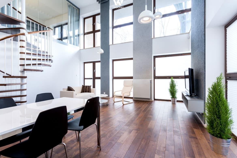 Die Weiße Tischplatte Ergänzt Sich Gut Mit Den Schwarzen Stühlen Und ...