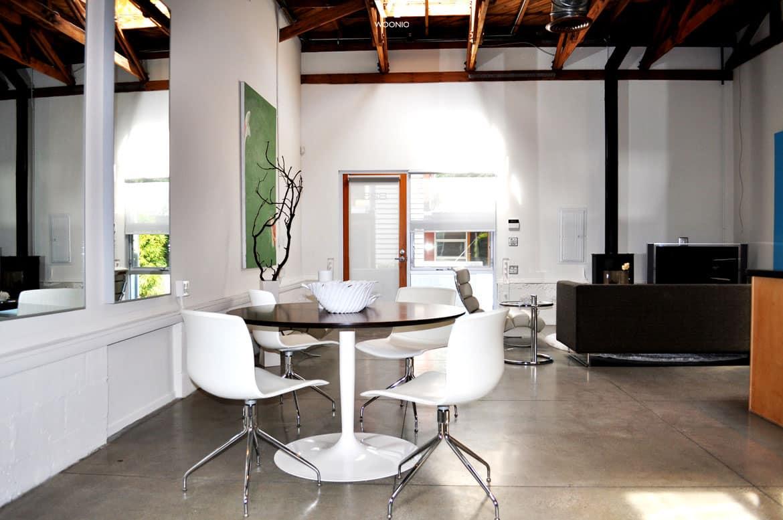 ein kleiner runder tisch ist besonders f r den kaffee zwischendurch sehr gut geeignet wohnidee. Black Bedroom Furniture Sets. Home Design Ideas