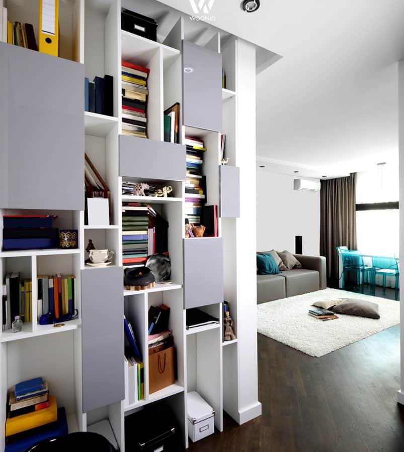 offene regale zeigen das echte t gliche leben im wohnzimmer wohnidee by woonio. Black Bedroom Furniture Sets. Home Design Ideas