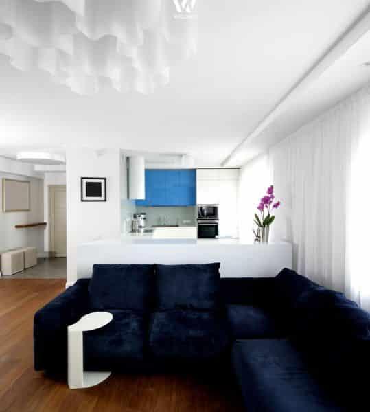 Beau Das Kirschbaumholz Des Bodens Ergänzt Sich Gut Mit Den Unifarbenen Möbeln  Und Der Weissen Küche