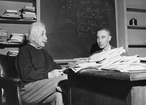 Albert Einstein & Robert Oppenheimer Leinwandbild